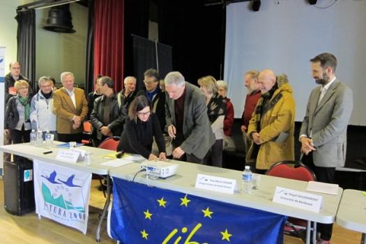 Bernard VAURIAC et Magali Baudrimont signe la convention entre le PNRPL et l'université de Bordeaux
